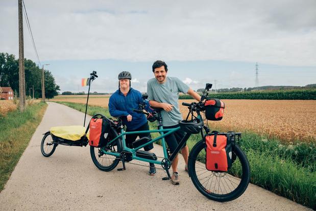 Dieter Coppens fietst met Down the road-kompaan naar onze kust