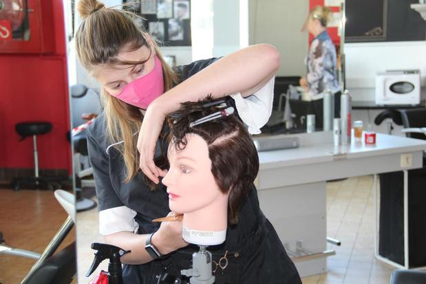 """Leerlingen Haarzorg moeten in laatste schoolweken op poppen oefenen: """"Toch even wennen"""""""