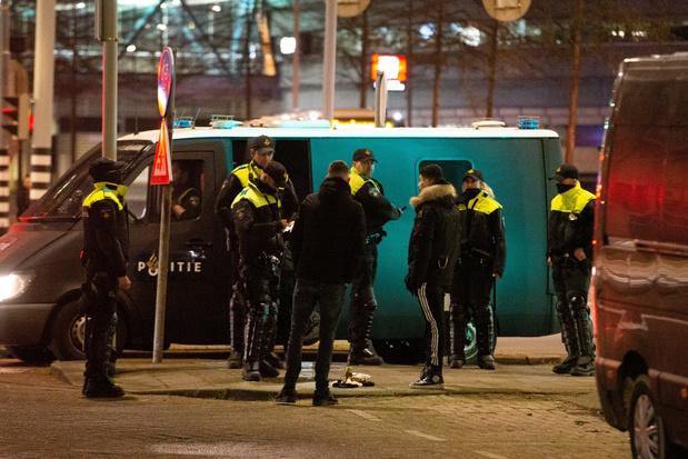 Voetbalsupporters vormen front tegen relschoppers in Nederland