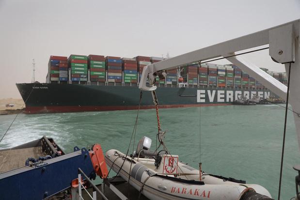Fileleed in het Suezkanaal: sleepboten proberen vastgelopen schip vlot te trekken