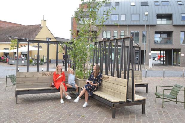 Gemeente installeert nieuw zitmeubilair om het deze zomer extra gezellig te maken