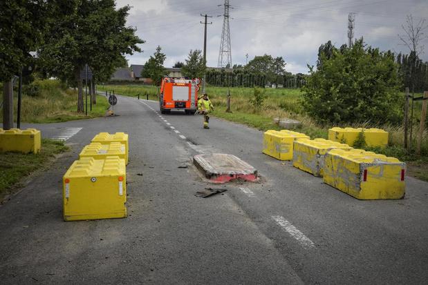 Bestuurder ramt betonnen afsplitsing in Moorsele: veel schade en kilometerslang oliespoor