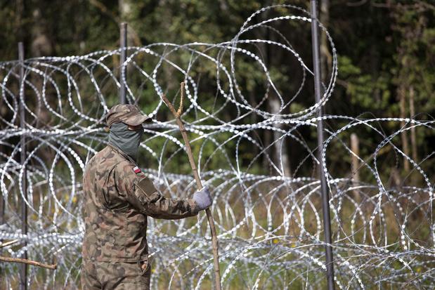 Polen stuurt sms naar migranten aan grens: 'Ga terug naar Minsk!'