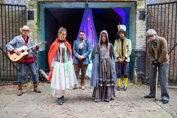 Extra voorstellingen van coronaveilige theatertocht Het Land Zonder Lach
