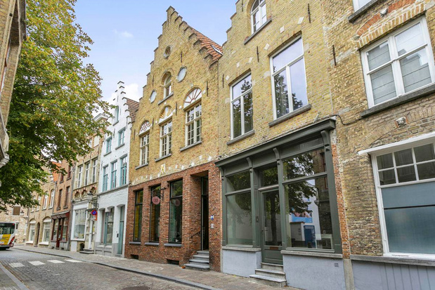 800 jaar oud Brugs herenhuis voor 1,5 miljoen euro te koop
