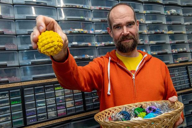 LEGO Master Giovanni Seynhaeve verkoopt LEGO-kerstballen voor vzw Victor