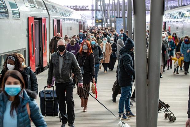 Met de bomvolle trein naar zee - België - Knack