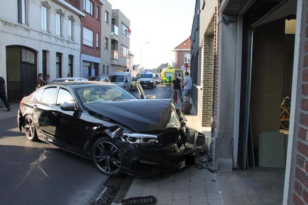 Twee gewonden na knal tegen geparkeerde auto's en woning