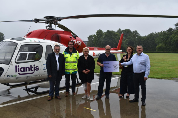 Dela schenkt cheque van 12.000 euro aan mug-heli