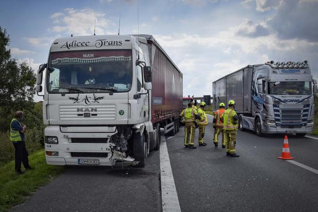 Vrachtwagen rijdt in op botsabsorbeerder op E403 in Bellegem
