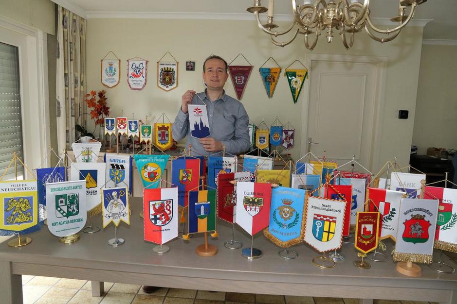 Frederik Vandenbroucke verzamelt officiële stadsvlaggetjes