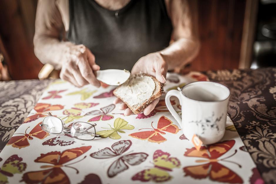 Bijklussen als oudere om huur te kunnen betalen: 'Private woningmarkt is een absolute ramp'
