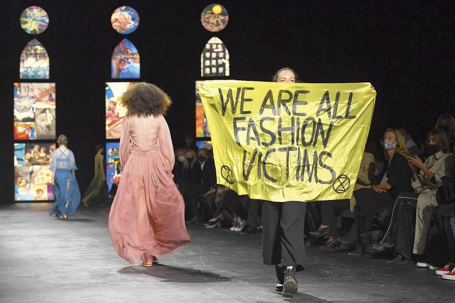 Van geel hesje tot poloshirt: de kleren maken de mars