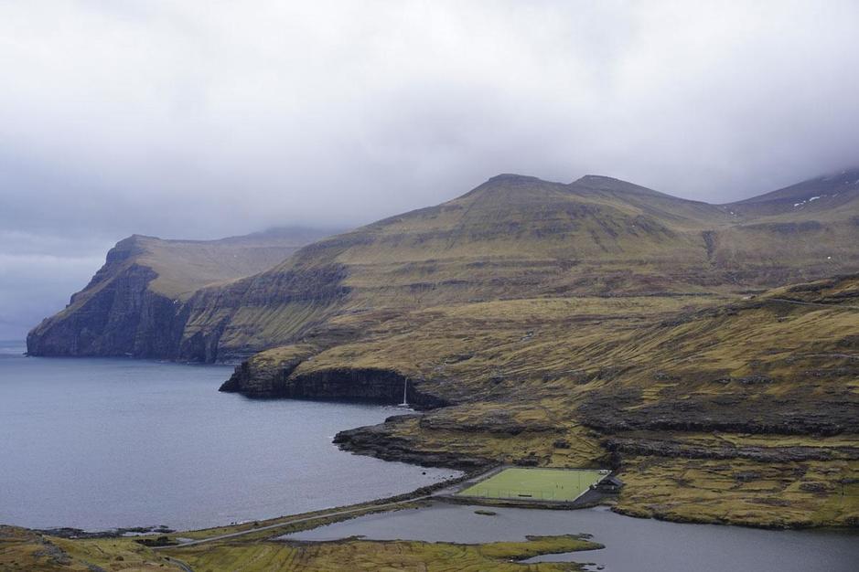 Voetballen op de Faeröer: een glazen plafond en prachtige locaties