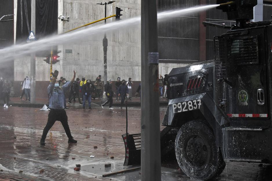 Bloedige straatprotesten in Colombia: 'President Duque probeert een geleidelijke staatsgreep te plegen'