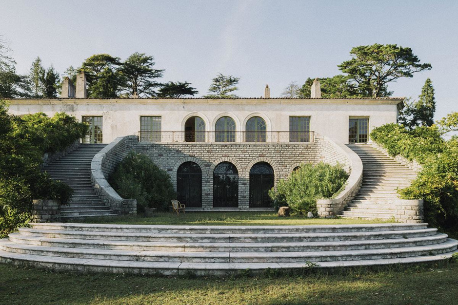 Schuilen in schoonheid: binnenkijken in de betoverende Villa Magnan in Biarritz