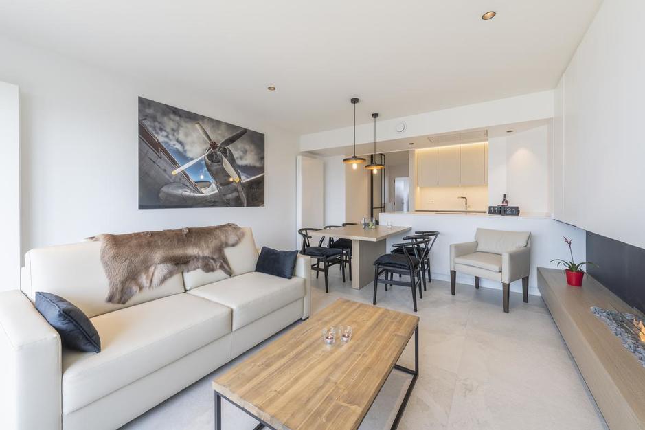 Binnenkijken in een compleet gerenoveerd appartement met zicht op zee