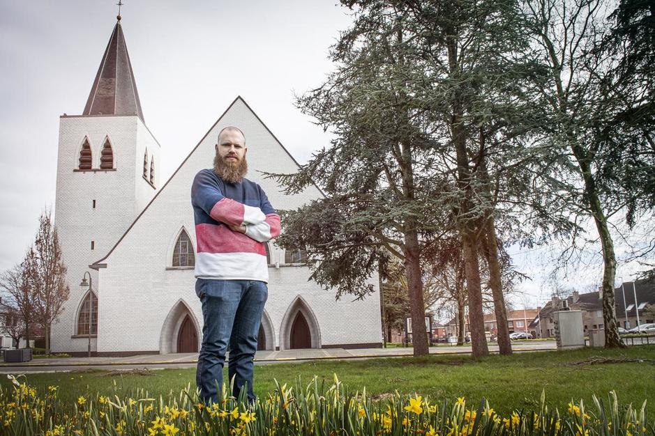 """Matthias (30), priester met lege kerk: """"Zondag streamen we de eucharistieviering opnieuw"""""""