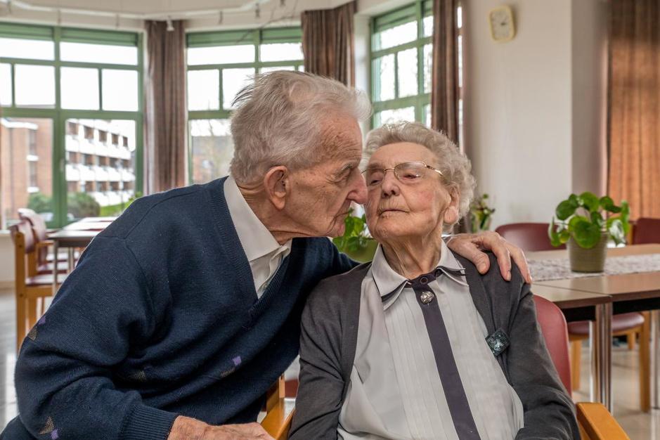 """Frits (103) en Carola (99) trouwden 78 (!) jaar geleden: """"Ons geheim? Véél werken!"""""""