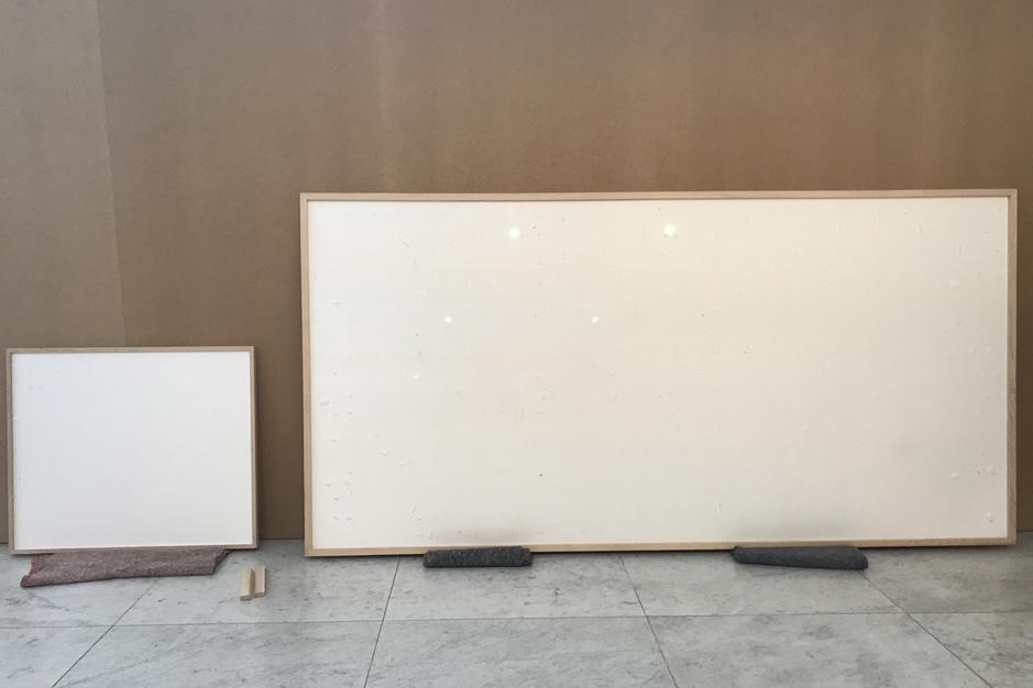 Nee, dit is niet in scène gezet': kunstenaar krijgt 72.000 euro van museum maar levert blanco canvas