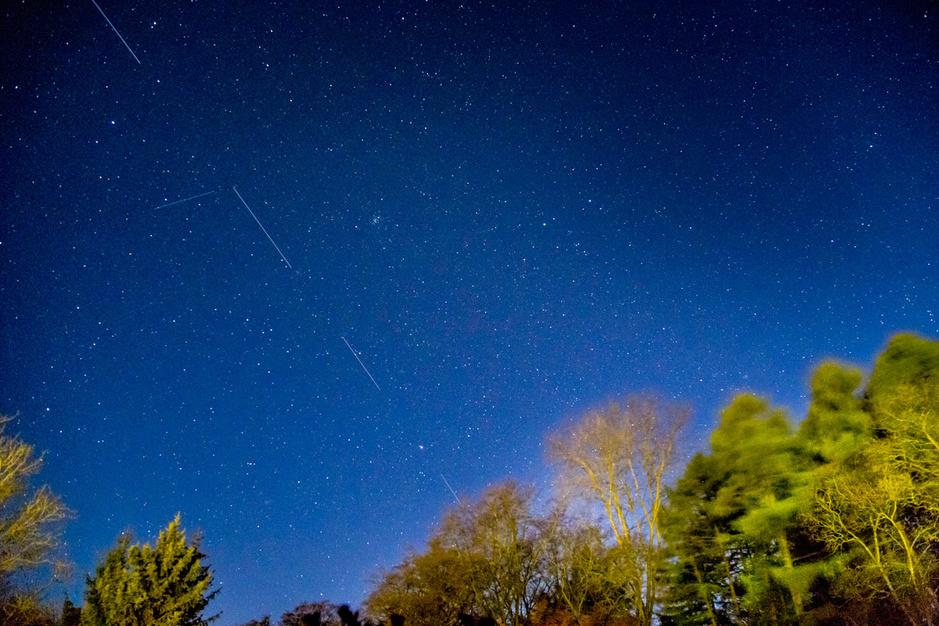 Starlink-treinen wekken ergernis op bij astronomen: 'Ieder mens heeft recht op een donkere sterrenhemel'