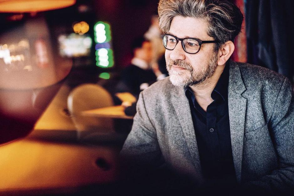 Cabaretier Wim Helsen wacht op betere tijden: 'Mijn advies: blijf bij de pakken neerzitten'