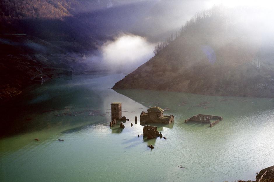 In beeld: kerken, tempels en dorpjes die onder water verdwenen