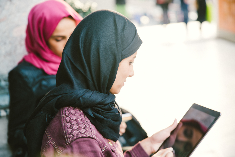 Protest tegen hoofddoekenverbod: 'Ik ben praktiserende moslima én feminist, dat kan zomaar'