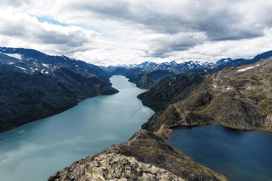 Op eenzame hoogte: introspectieve roadtrip door de woeste Noorse natuur