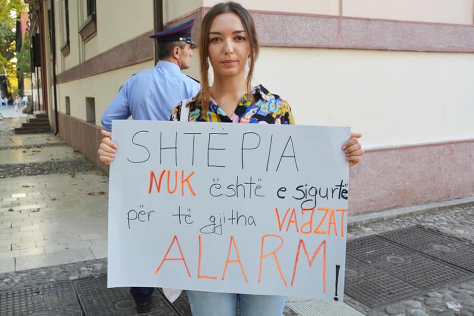 Jonge generatie feministes op de barricaden in Albanië: 'Als vrouw word je hier dubbel getroffen'