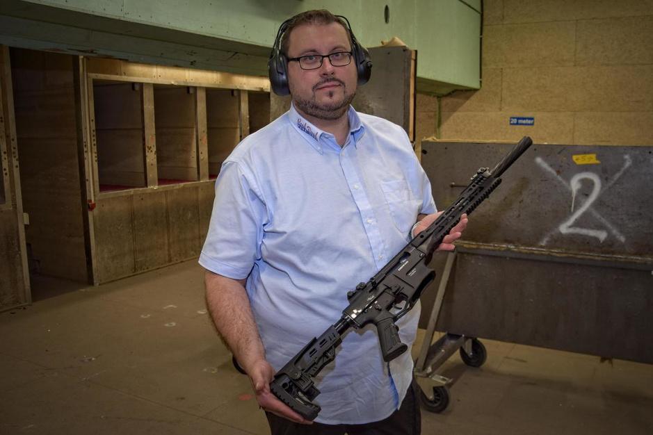 """Maxim Syx heeft 28 vuurwapens en schiet voor de sport: """"Amerikaanse toestanden zijn hier onmogelijk"""""""