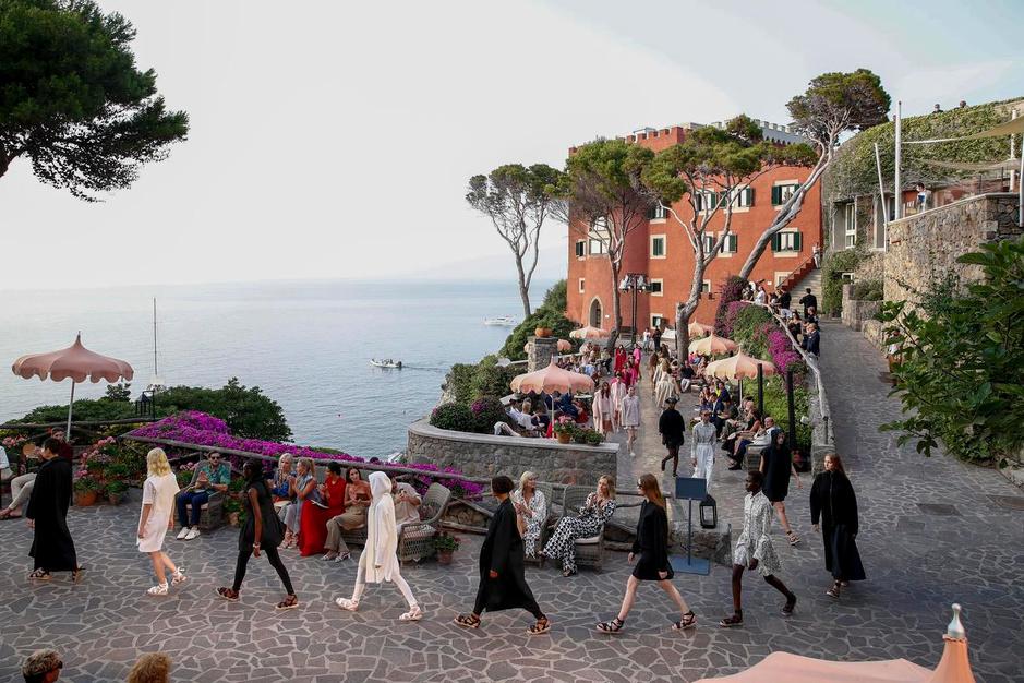 Van Athene tot Ischia: de modehuizen stelden hun cruisecollecties voor op jetsetbestemmingen