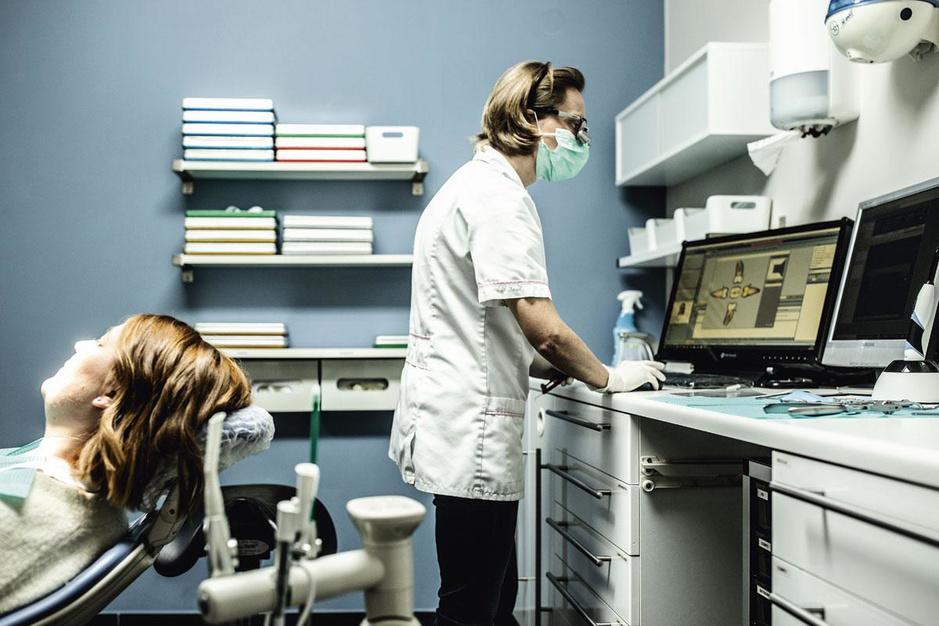 Onze tandzorg is ziek: waarom steeds meer tandartsen de officiële tarieven negeren