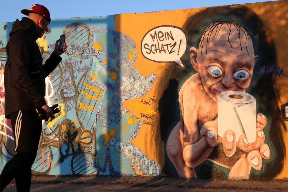 In beeld: originele corona graffiti roept mensen op thuis te blijven