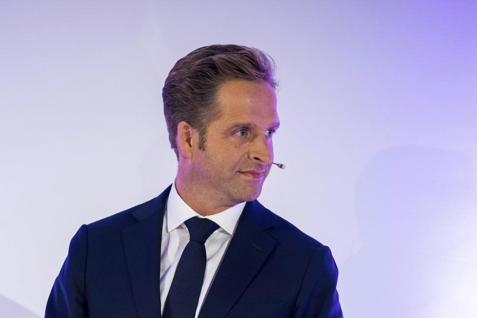 Factcheck: nee, AstraZeneca-werknemer is geen broer van minister Hugo de Jonge