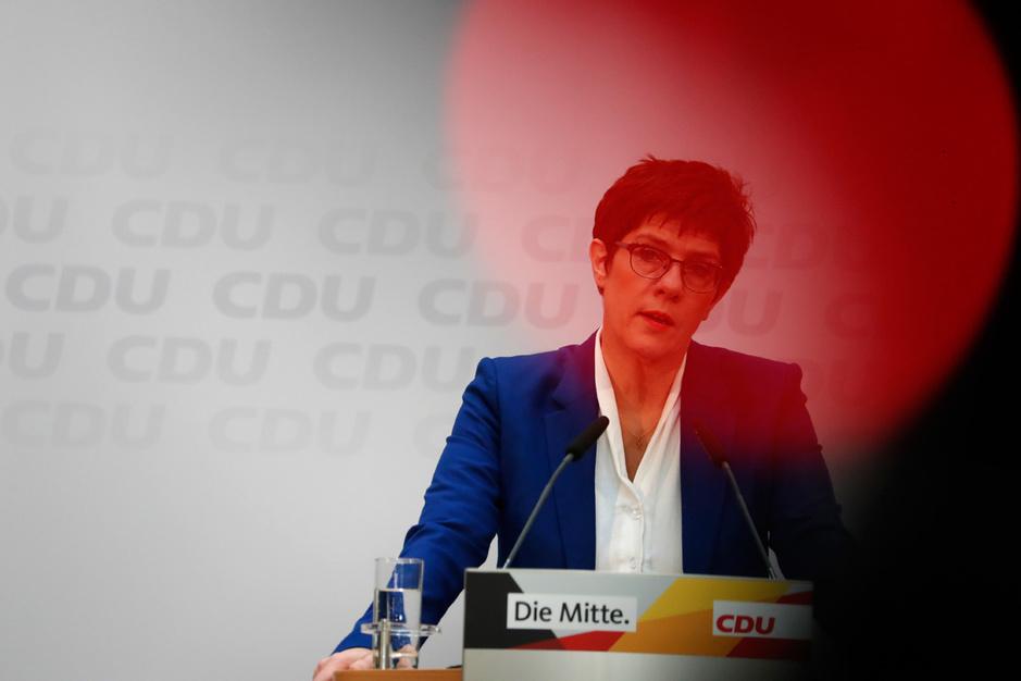 Nu Merkels poulain vertrekt, staat ook haar eigen toekomst op het spel