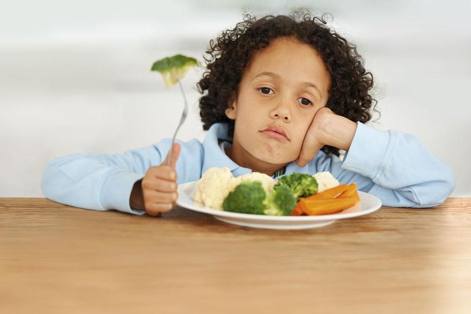 Met lange tanden: wat als je kind je gezonde maaltijd steeds aan de kant schuift?
