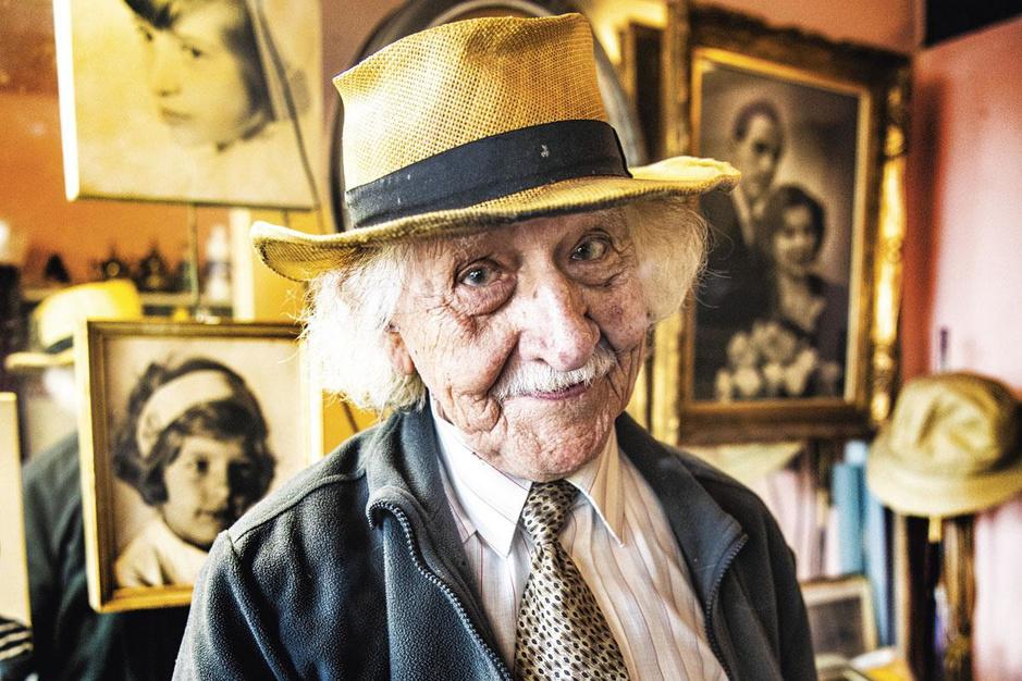 De Chaplin van de Leiekaai: de oudste werknemer van België wordt 100