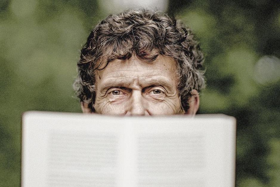 Charles Ducal presenteert nieuwe poëziebundel: 'Ik heb geen enkele moeite om met God te spreken'