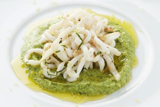 Geschroeide inktvis met een saus van jonge courgette en olijfolie