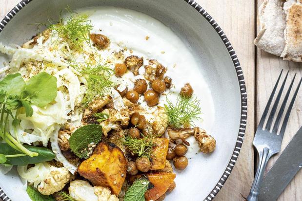 Bowl met spicy kikkererwten, geroosterde bloemkool, venkelsla en labneh