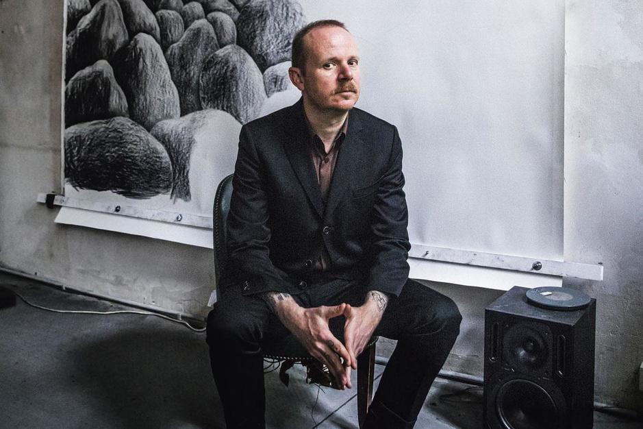 Multikunstenaar Dennis Tyfus: 'Het was dit, ofwel bloemschikken of prostitutie'
