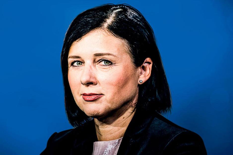 Eurocommissaris Vera Jourova: 'We moeten verspreiders van desinformatie financieel droogleggen'