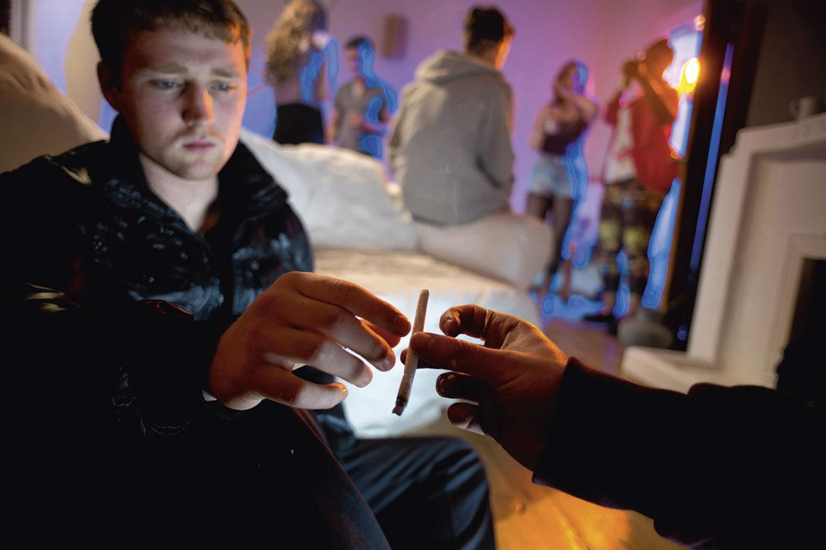 Mon Ado Fume Du Cannabis Que Faire Sante Levif
