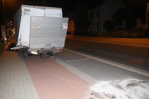 Wagen knalt tegen geparkeerde bestelwagen