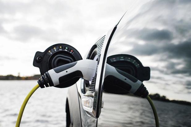 Is het gevaarlijk om met een elektrische wagen door water te rijden?