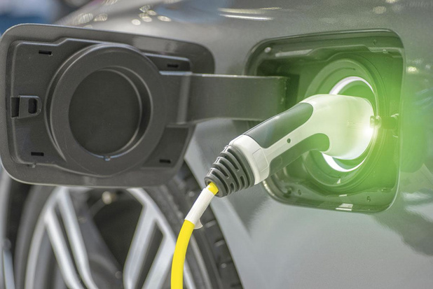 Transition électrique des voitures de société: douce ou brutale?