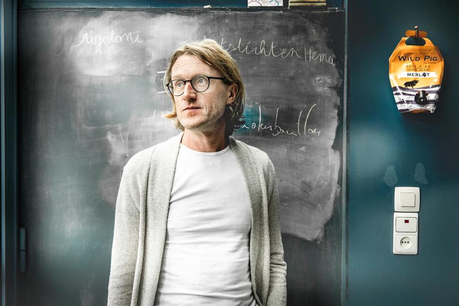 """Filosoof Ignaas Devisch opent debat over coronavaccin: """"Nú beslissen wie voorrang krijgt"""""""