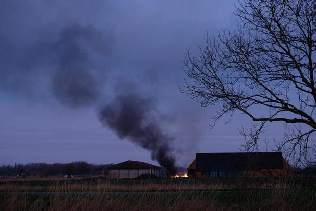 Grote stapel hout in brand in Oostduinkerke