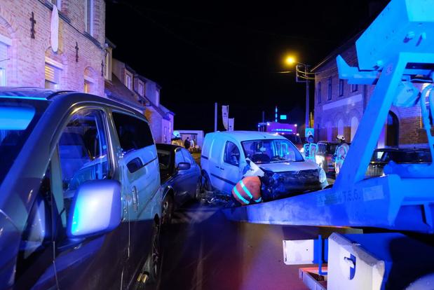 Wagen botst tegen gevel en beschadigt drie wagens in Esen